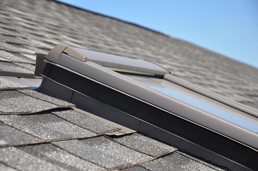 Właz dachowy. Montaż w gotowym dachu - krok po kroku. Fot.: depositphotos.com