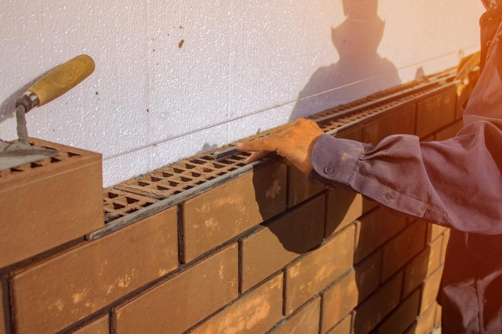 Budowa domu. Ściany murowane jednowarstwowe, dwuwarstwowe i trzywarstwowe - które są najcieplejsze, które najtańsze? Fot.: depositphotos.com