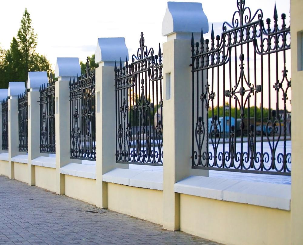 Ogrodzenie - materiały do budowy ogrodzeń najtańsze i najdroższe. Fot.: depositphotos.com