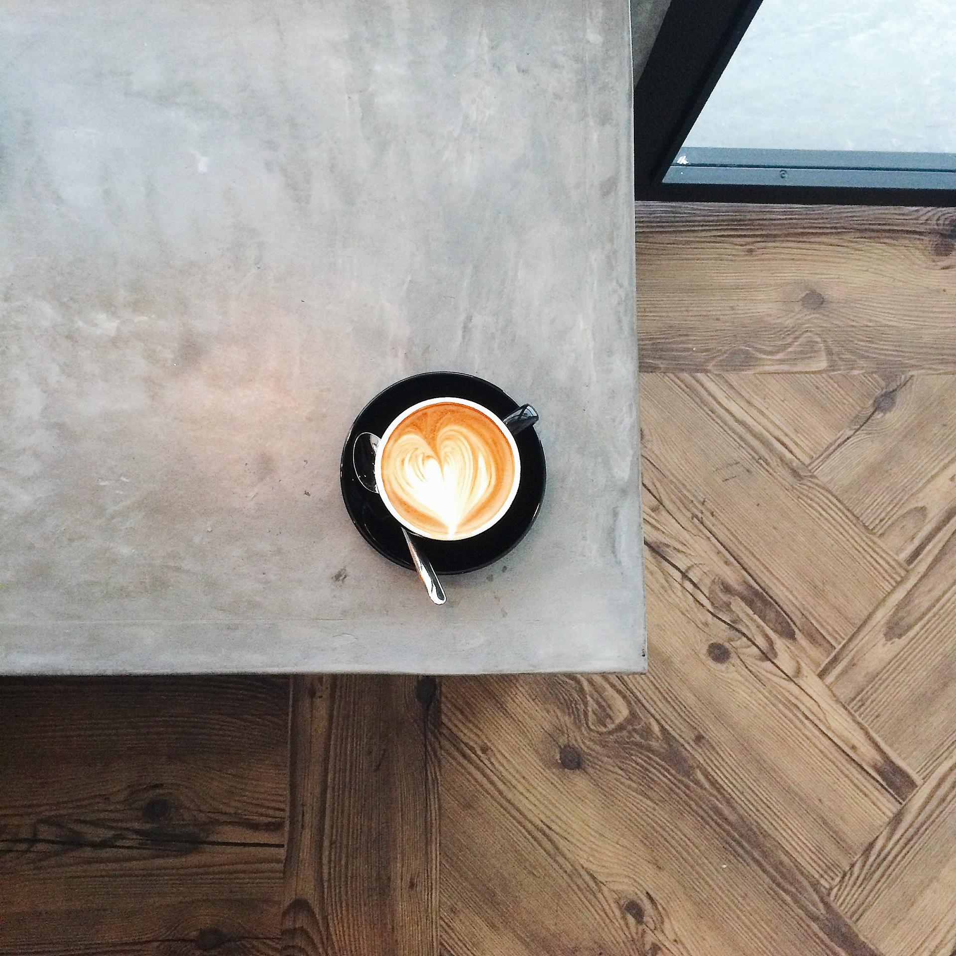 podłoga z płytek ceramicznych